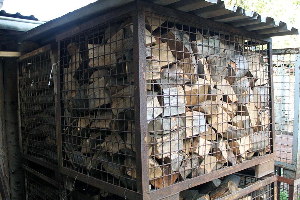 Kaminholz in der Gitterbox